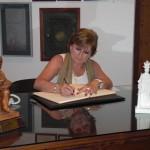 Dª. Carmen Lario, Catedrática de la UCA, firma en el Libro de Honor del Ateneo (05/06/2013)