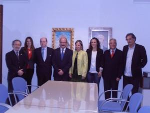 El profesor D. Diego Jiménez posa junto a amigos y ateneístas.