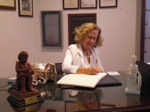 Dª. Elena Lería firma en el Libro de Honor del Ateneo (06/06/2013)