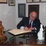 Don Jaime Rocha firma en el Libro de Honor como nuevo ateneísta.