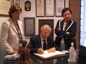 El Doctro D. Francisco Ventosa Esquinaldo firma en el Libro de Honor.