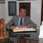 El Fiscal de la Audiencia Provincial D. Ángel Nuñez firma en el Libro de Honor del Ateneo.