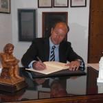 D. Juan Carlos Campo, Magistrado-Juez de la Audiencia Provincial de Cádiz, firma en el Libro de Honor del Ateneo (12/06/2013)