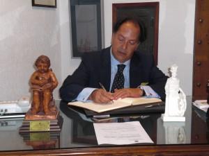 D. Carlos M. Roldán firma en el Libro de Honor del Ateneo (16/10/20013)