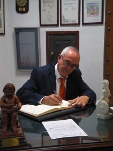 Don Joaquín González Otero firma el libro de honor del Ateneo 25 de Noviembre del 2013