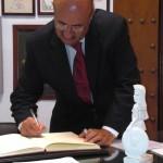 D. Rafaél Ortega Benito firma en el Libro de Honor del Ateneo (26/11/20013)