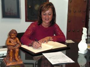D.ña Mariana García González firma en el Libro de Honor del Ateneo (27/11/20013)