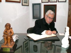 d. Antonio Bocanegra firma en el Libro de Honor del Ateneo (05/12/20013)
