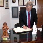 D. Benedicto Poza Lozano, Director General de UMAS MUTUA de Seguros, firma en el Libro de Honor del Ateneo (15/01/2014)