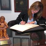 Dª Yolanda Aldón, escritora y periodista, firma en el Libro de Honor del Ateneo (21/01/2014)