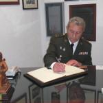 Francisco José Jiménez Jurado, Capitán Enfermero, firma en el Libro de Honor del Ateneo (31/03/2014)