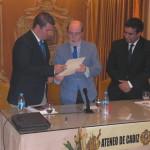 """D. Javier Ramírez Muñoz, Dr. En Historia, presenta su conferencia titulada """"El Hospital de la Segunda Aguada"""", siendo presentado por Don Francisco Glicerio Conde Mora (Adjunto al Presidente) y Don Ignacio Moreno Aparicio (Presidente del Ateneo)."""