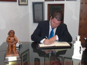 D. Javier Ramírez Muñoz firma en el Libro de Honor del Ateneo (21/10/2014)