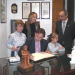 D. José María Riol firma en el Libro de Honor del Ateneo (05/11/2014)
