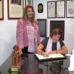 Dª Concepción Conde firma en el Libro de Honor del Ateneo (02/12/2014)