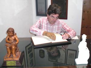 D. Enrique Wulf, bibliotecario del Centro de Investigación Científica de Puerto Real, firma en el Libro de Honor del Ateneo (05/12/2014)