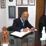 Claudio Cano, traumatólogo, firma en el Libro de Honor del Ateneo (05/12/2014)