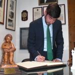 José Manuel Trinidad, anestesista, firma en el Libro de Honor del Ateneo (18/03/2015)