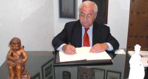 Emilio Medina Reborio, anestesista, firma en el Libro de Honor del Ateneo (19/05/2015)